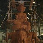 Những vầng sáng thần kì bao quanh tượng Phật đang xây, chúng là gì?